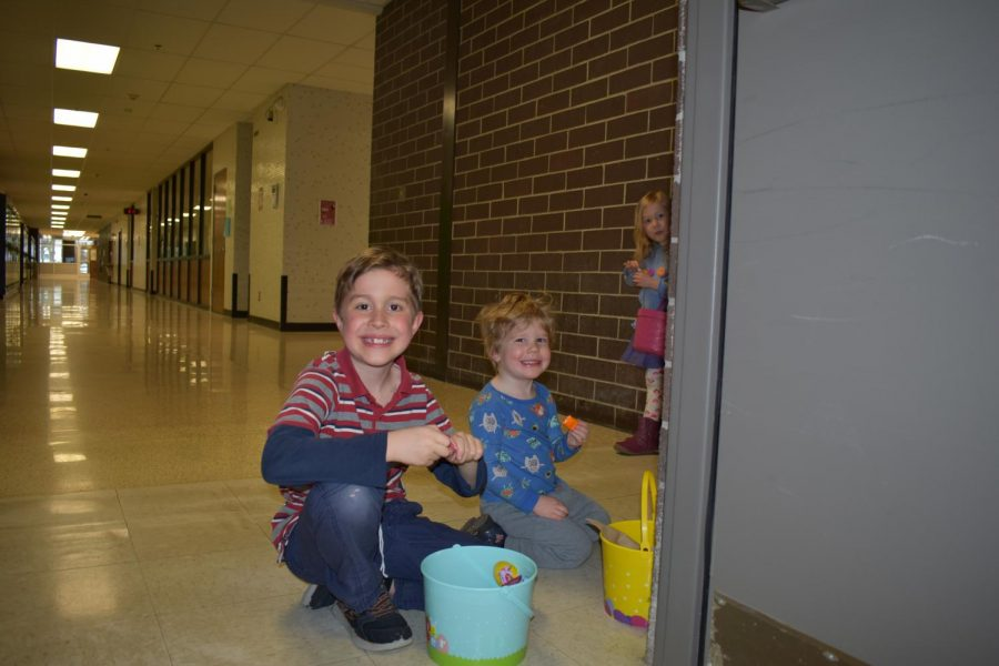 Math+teacher+Jennifer+McAtee%27s+kids+sort+candy+with+smiles+on+their+faces.